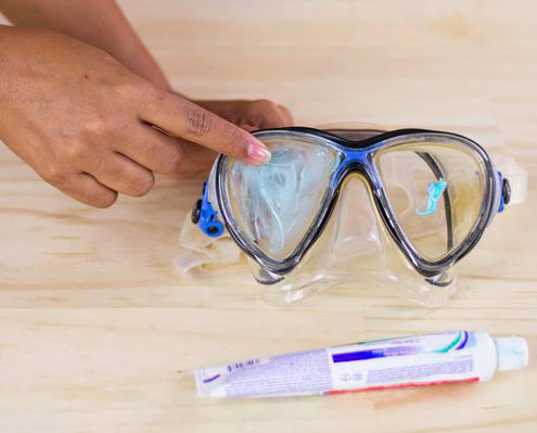 clean your scuba diving mask glass with toothpaste in order to remove the fat and the dirt on it
